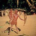 COLLECTIE TROPENMUSEUM Masai krijgers tijdens een afweeroefening met het schild TMnr 20038845.jpg