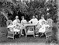 COLLECTIE TROPENMUSEUM Portret van Europese familie(s) met kinderen in de tuin TMnr 10023942.jpg