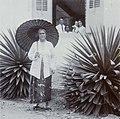 COLLECTIE TROPENMUSEUM Portret van een vrouw op leeftijd met parasol TMnr 60053692.jpg