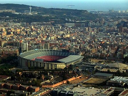 إستاد برشلونة كما يترائى للناظر من أعلى. وهو عبارة عن قبّة ضخمة غير متماثلة.