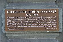 Charlotte Birch-Pfeiffer Gedenktafel am Schauspielhaus Zürich (Heimplatz) (Quelle: Wikimedia)