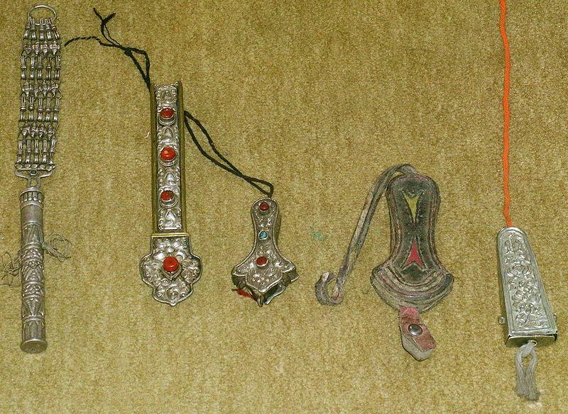 File:Chatelaine-Tibet-needle cases photo StoneRoutes.JPG