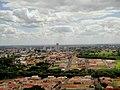 Cidade de Sertãozinho e ao fundo a cidade de Pontal vista do Mirante do Cristo Salvador de Sertãozinho. Do mirante é possível ver mais de dez cidades da região de Ribeirão Preto. A vizinha Ribeir - panoramio.jpg