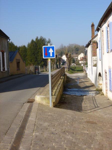 Courtenay, Loiret, Gâtinais, France.  La rue des Ponts, empruntée par le GR 132.   Vue vers le N-E.