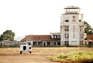 Flughafengebäude mit UN-Fahrzeug im Vordergrund