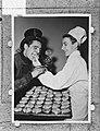 De kok en schoorsteenveger eten oliebollen, Bestanddeelnr 906-2134.jpg