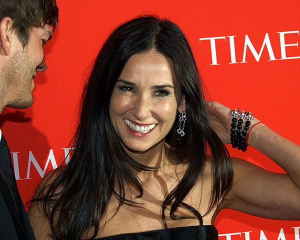 File:Demi Moore arm ha...