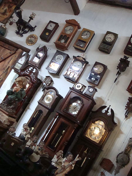 File:Differents forms of time (small store at Mérida).JPG