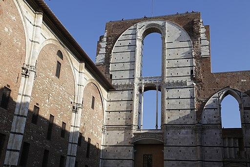 Il Duomo Nuovo e il Facciatone visto dal basso (Siena)