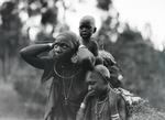 ETH-BIB-Kikujumutter mit ihren Kindern-Kilimanjaroflug 1929-30-LBS MH02-07-0337.tif