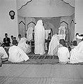 Een groep samaritanen in hun gebedshuis lezend in hun heilige schrift (gebedsrol, Bestanddeelnr 255-5600.jpg