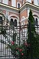 Ein sehr gepflegter Garten lässt die Kirche noch perfekter aussehen.JPG
