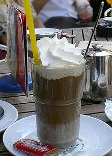 кофе с мороженым и взбитыми сливками.