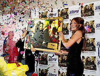 Vrisko To Logo Na Zo - Paparizou receiving a gold certification plaque on June 25, 2008