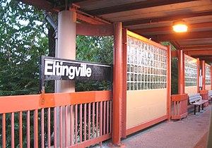 Eltingville (Staten Island Railway station) - Northbound platform with contemporary Helvetica sign