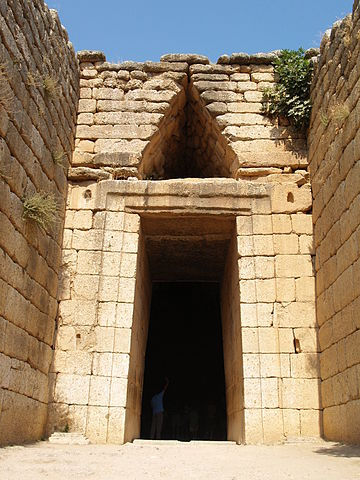 The entrance of the Treasury of Atreus (13th BC) in Mycenae Entrance to the treasure of Atreus.jpg