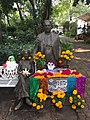 Estatua en honor a Frida Khalo y Diego Rivera adornada con ofrenda de día de muertos.jpg