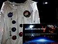 Exposição Relíquias do Mundo no Shopping Iguatemi em Ribeirão Preto. Assinatura dos astronautas da missão Apollo 13, Fred Haise, piloto do módulo lunar e James Lowell, comandante da missão. Infe - panoramio.jpg