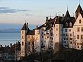 Facade est du château de Neuchâtel au lever du soleil.jpg