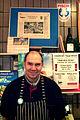Fisch-Hampe mit seinem Inhaber Ingmar Hampe vor Zeitungsartikeln und Ankündigung zum Matjes-Fest.jpg