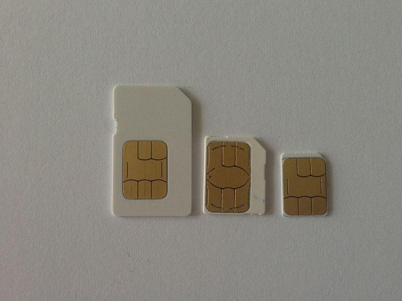 Différents formats de cartes SIM. De gauche à droite: SIM; Micro-SIM; Nano-SIM