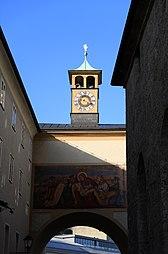 Franziskanerkirche Salzburg 2014 Schwibbogen Franziskanerskloster.jpg