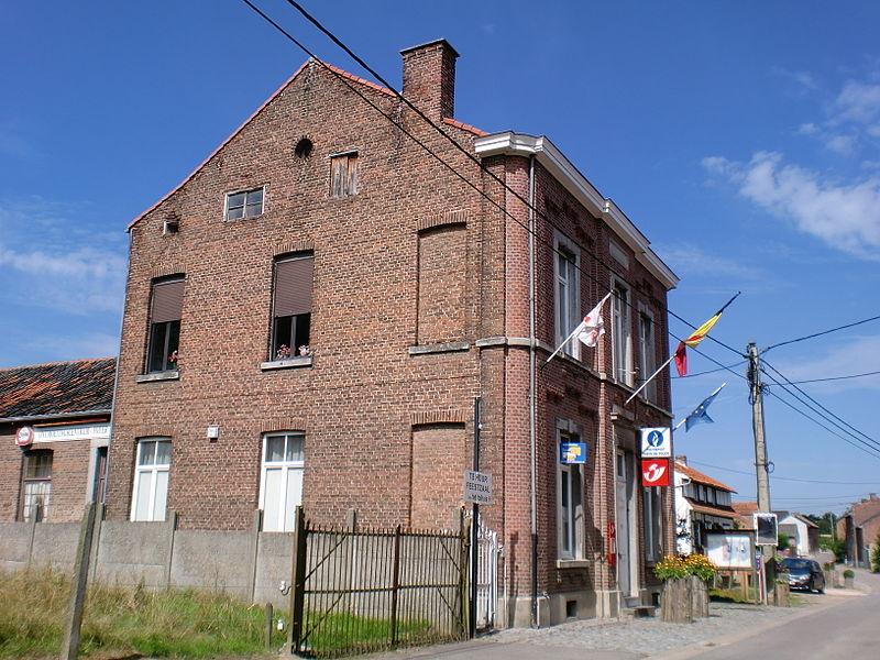 Gemeentehuis van Herstappe, tevens bankkantoor, postkantoor, politiebureau en lokale feestzaal.