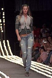 e79d270c7 Gisele Bundchen, uma das modelos brasileiras de maior sucesso, na São Paulo Fashion  Week de 2006, desfilando pela Colcci.