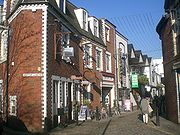 Popular with students and professionals alike is Ashton Lane with its many pubs and bars.