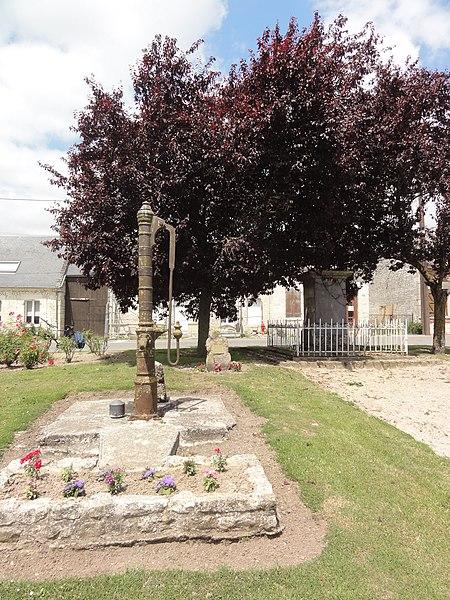 Goudelancourt-lès-Pierrepont (Aisne) pompe du village et arbre de la liberté avec sa plaque explicative
