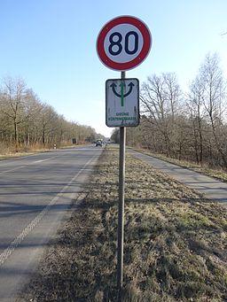 Vergessenes Schild an der L119 in Dägeling