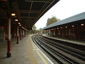 Grange Hill tube station - View of platforms