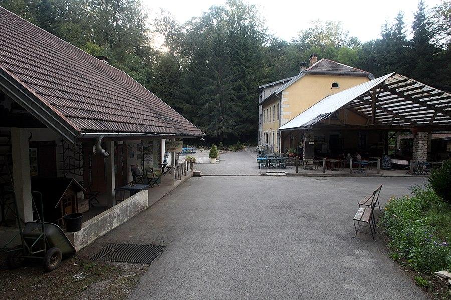 Entrée de la grotte de la Glacière à Chaux-les-Passavant (Doubs).