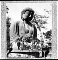 Groupe de voyageurs occidentaux posant aux pieds dune statue géante de Bouddha, Asie (6509905267).jpg