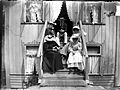 Gruppbild. Ett sällskap sitter på en trappa - Nordiska Museet - NMA.0056446.jpg