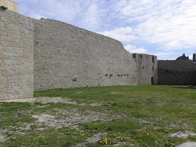 Château de Guémené-sur-Scorff (56). Salle des Gardes, Grand-Rempart , Tour du Grand-Rempart et Jeu de Paumes. Vue intérieure.