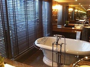 HK Central 文華東方酒店 Mandarin Oriental Hotel - Bathroom bathtube mirror Feb-2012.jpg