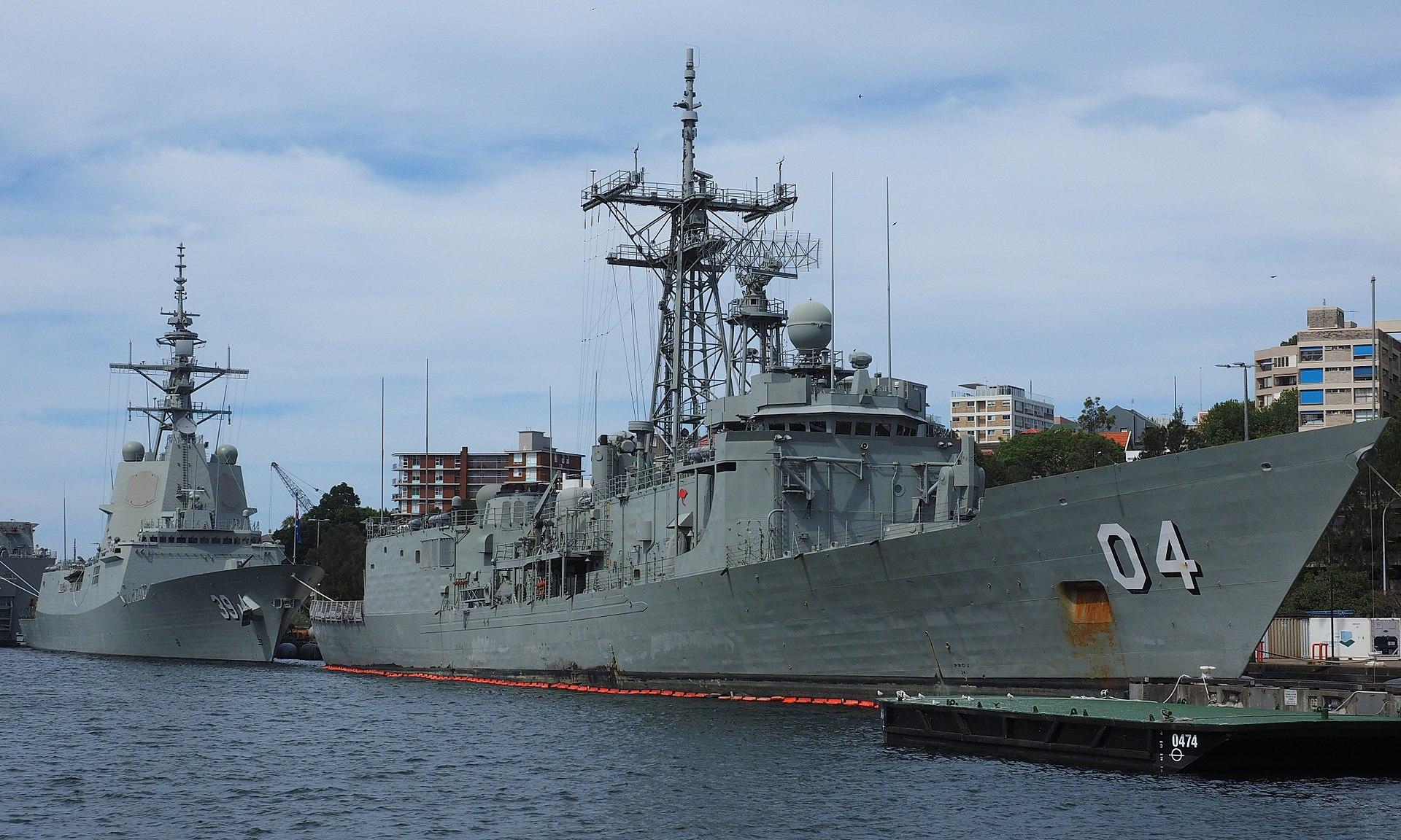 https://upload.wikimedia.org/wikipedia/commons/thumb/8/81/HMAS_Hobart_and_the_former_HMAS_Darwin_December_2017.jpg/1920px-HMAS_Hobart_and_the_former_HMAS_Darwin_December_2017.jpg