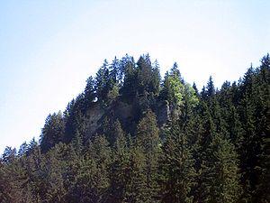 Felskopf der Burg Heidenberg oberhalb Tavanasa