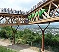 Hergestellt aus heimischem Holz schwebt die Plattform als Dreieck über dem Hang und bietet atemberaubende Aussichten. - panoramio (1).jpg