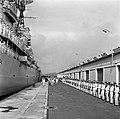 Het koninklijk paar loop langs de erewacht op de kade van de haven van Willemsta, Bestanddeelnr 252-3558.jpg