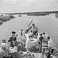 Het prinselijk gezin met anderen op het achterdek van een schip, Bestanddeelnr 255-7477.jpg