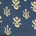 Horloge de Charles V - Fond bleu royal parsemé de fleurs de lys de deux styles différents.jpg