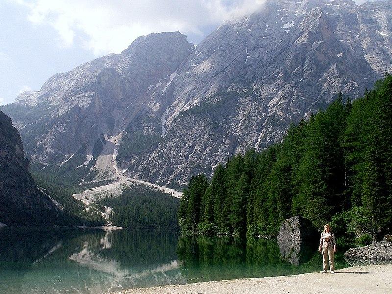 File:Italien,Südtirol,See,Alpen,Pragser Wildsee,Lago di Braies,jezero,lago - panoramio.jpg