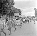 Jeugdige deelnemers aan een 1 mei demonstratie (Dag van de Arbeid), Bestanddeelnr 255-0169.jpg