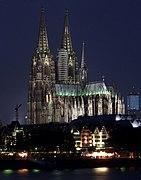 Kölner Dom bei Nacht mit Fischmarkt.jpg