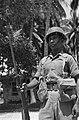 KNIL-soldaat staat op wacht met bajonet op geweer, Bestanddeelnr 1006.jpg