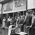 Kaartverkoop en rij wachtend publiek voor het Rialto-theater te Amsterdam, Bestanddeelnr 900-8233.jpg