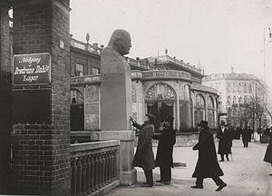 Kai Nielsen (sculptor) - Kai Nielsen showing his Bindesbøl bust to art historian Karl Madsen and prof. Joakim Skovgård