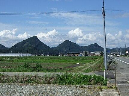山形県最上郡金山町の「金山三峰」(薬師山、中の森、熊鷹山)